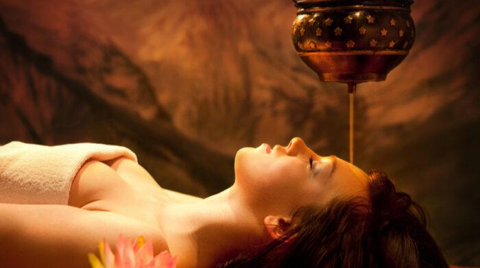 Die ayurvedische Shirodhara-Behandlung kann wunderbar mit einer ayurvedischen Massage kombiniert werden. © Shutterstock, Novikov Alex