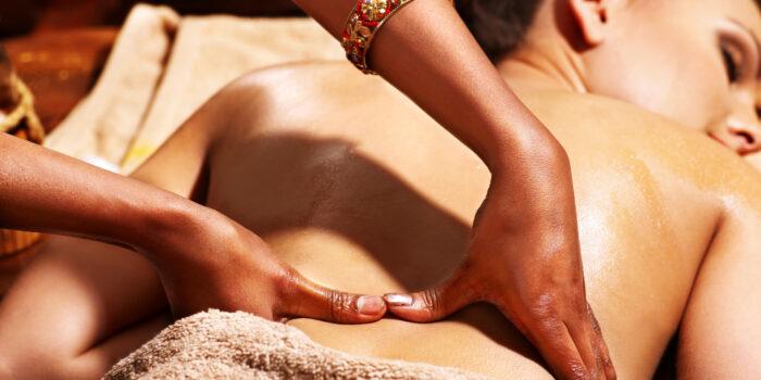 Eine ayurvedische Massage sollte typengerecht auf das Individuum zugeschnitten sein. © Shutterstock, Poznyakov