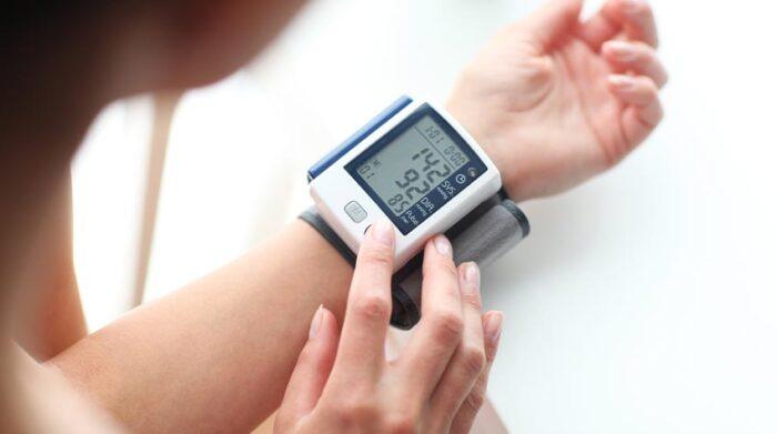 Die Pulsmessung ist eine aufschlussreiche Untersuchung im Rahmen des Erstgesprächs. © Shutterstock, forma82