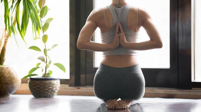Gemeinsam fördern Ayurveda und Yoga deine Gesundheit und dein Wohlbefinden. © Shutterstock, fizkes