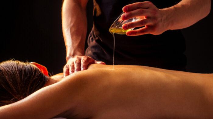Bei ayurvedischen Massagen steht der Gesundheitseffekt im Mittelpunkt einer Behandlung. © Shutterstock, yurakrasil