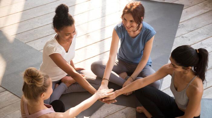 Im Yoga und Ayurveda stehen Empfehlungen für individuelles Wohlbefinden im Vordergrund. © Shutterstock, fizkes