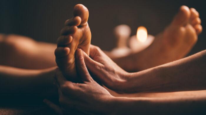 Eine ayurvedische Fußmassage ist für beanspruchte Füße genau das Richtige. © Shutterstock, Aleks Gudenko