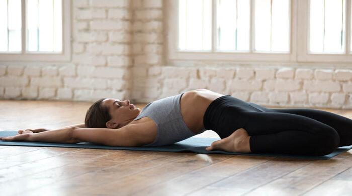 """Die Yoga-Übung """"Fisch"""" hilft gegen Müdigkeit und Trägheit. © Shutterstock, fizkes"""