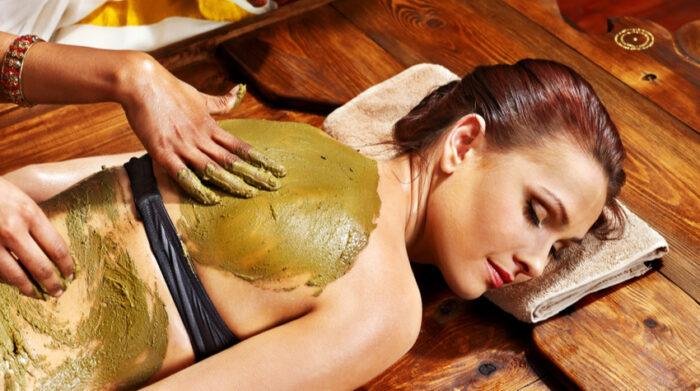 Lepa kann eigenständig angewendet werden oder eine ayurvedische Massage ergänzen. © Shutterstock, Poznyakov