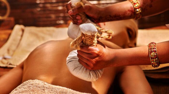 Bei der Kräuterstempel-Massage kommen eine ganze Reihe verschiedener wohltuender Effekte zum Tragen. © Shutterstock, Poznyakov