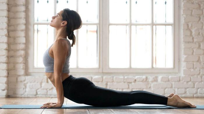 """Die Yoga-Übung """"heraufschauender Hund"""" ist besonders hilfreich bei einem verspannten Rücken durch einen Bürojob. © Shutterstock, fizkes"""